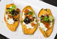 Gebakken zoete aardappel uit oven met geitenkaas