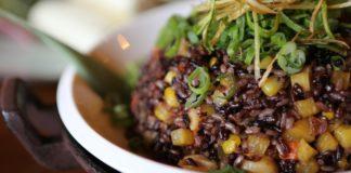 Recept van zwarte rijst met groenten in tamari-saus